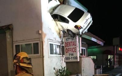 Video από το πιο τρελό τροχαίο. Το αυτοκίνητο «πετάει» και σφηνώνει στον πρώτο όροφο