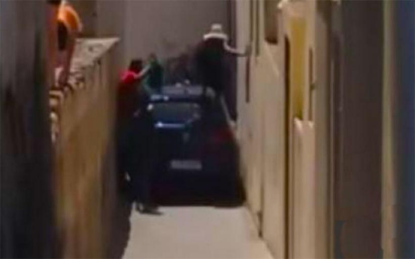Αυτοκίνητο σφηνώνει σε σοκάκι της Σαντορίνης και οι πεζοί για να περάσουν το σκαρφαλώνουν