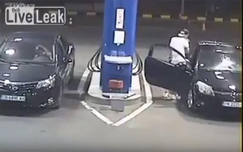 Υπάλληλος βενζινάδικου δίνει καλό μάθημα σε ασυνείδητο οδηγό - καπνιστή
