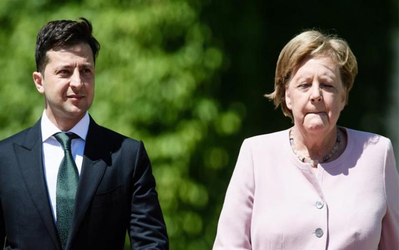 Δείτε την Μέρκελ να τρέμει δίπλα στον Ουκρανό πρόεδρο(Βίντεο)