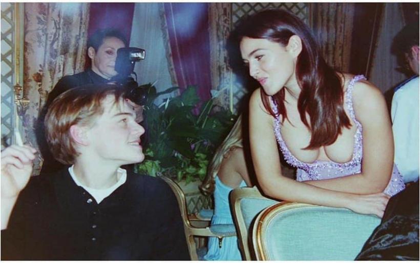Όταν η απίστευτα σέξι Μόνικα Μπελούτσι συνάντησε τον Λεονάρντο Ντι Κάπριο - H viral φωτογραφία του 1995