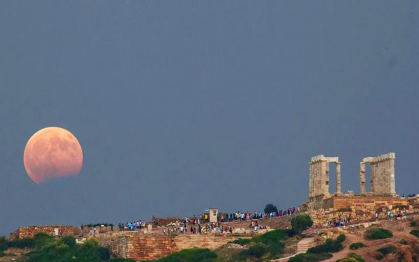 Το «διπλό» φεγγάρι του Αυγούστου: Εντυπωσιακά φαινόμενα του φυσικού δορυφόρου της Γης