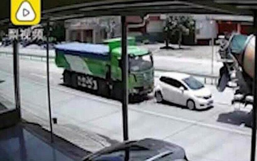 Σοκαριστικές εικόνες με αυτοκίνητο να συνθλίβεται ανάμεσα σε μια μπετονιέρα κι ένα φορτηγό