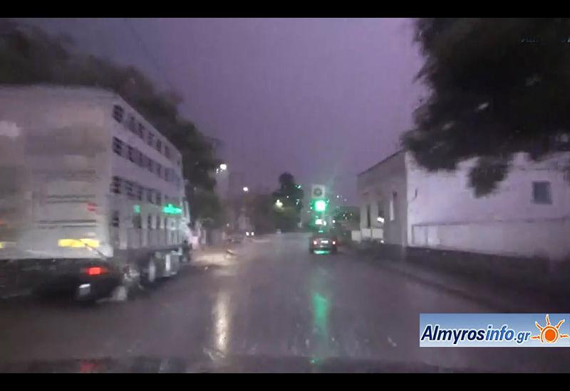 Νυχτερινό μπουρίνι στον Αλμυρό με έντονη βροχόπτωση, ισχυρούς ανέμους και αστραπόβροντα (βίντεο)